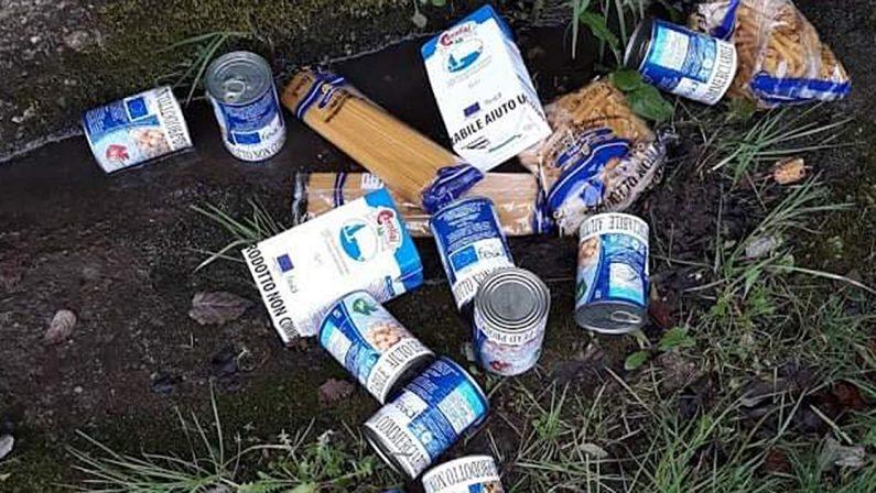 Alimenti contrassegnati come aiuti umanitari abbandonati per strada, sconcerto a Dasà nel Vibonese