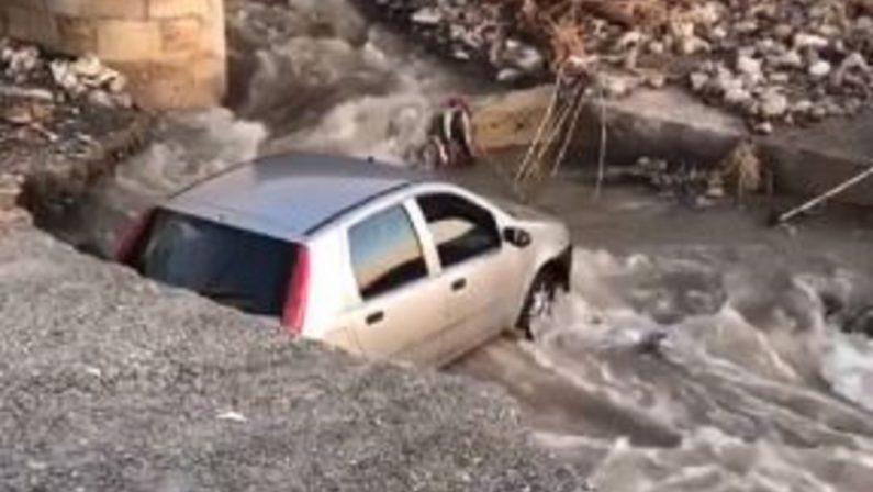 Auto finisce in una voragine aperta dal maltempo nel tratto tra Paola e San Lucido