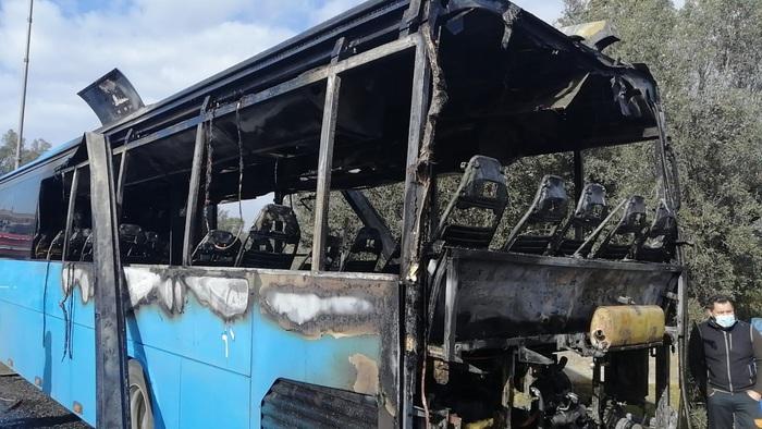 Autobus delle Ferrovie della Calabria in fiamme nel Reggino, illesi i passeggeri