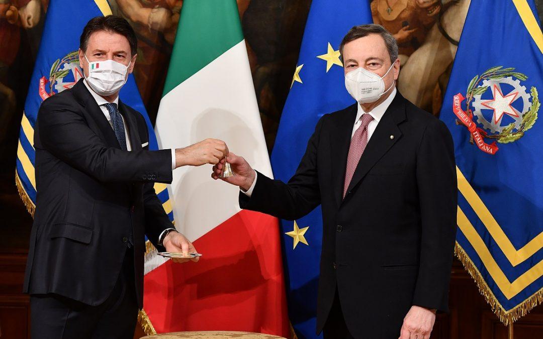 Giuseppe Conte e Mario Draghi al momento dello scambio della campanella