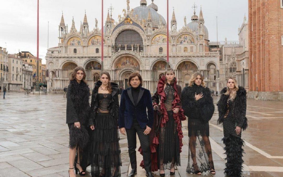 Anton Giulio Grande e le sue modelle in piazza San Marco