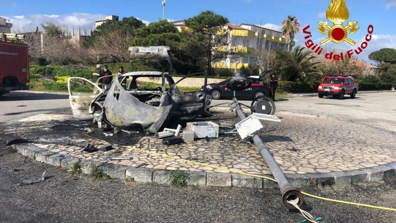 Auto travolge palo della pubblica illuminazione nel Catanzarese e si incendia, fuggite le persone a bordo