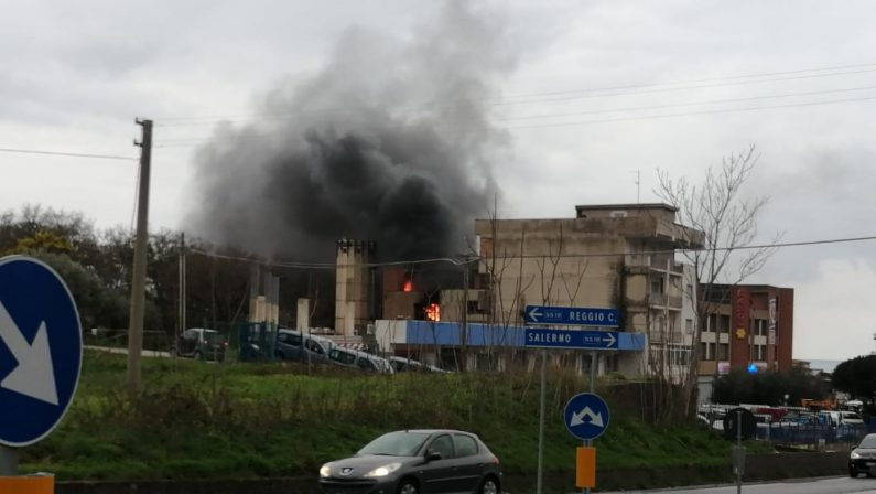 Incendio in un centro vendite nel Cosentino, danni ingenti e momenti di paura - VIDEO