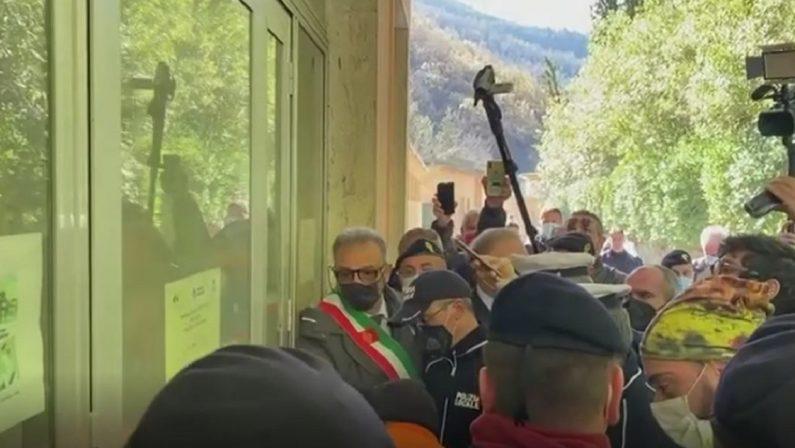 Tensione alle Terme Luigiane, irruzione dei sindaci nelle strutture comunali gestite ancora dalla Sateca
