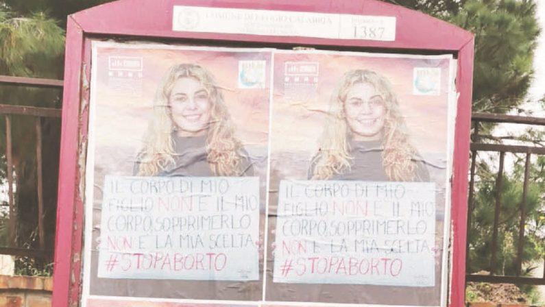 Reggio Calabria, il sindaco rimuovei manifesti anti-aborto e scoppia la bagarre