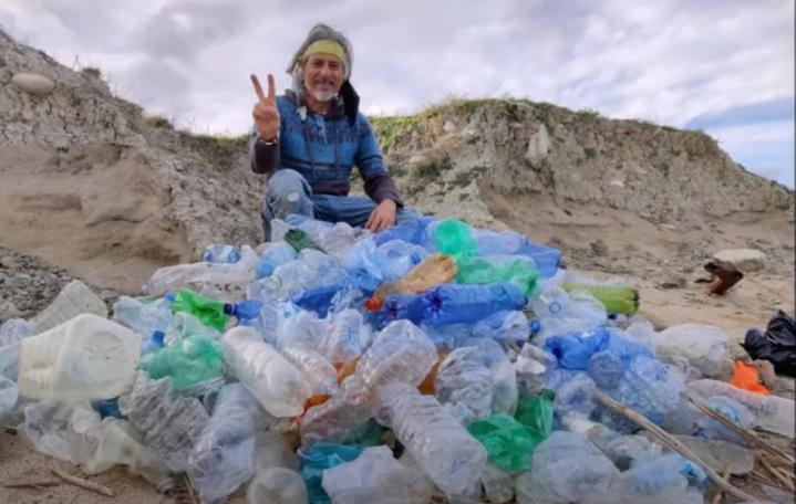 Centinaia di tappi e bottiglie in spiaggia a Crotone, nasce un'opera d'arte ecosostenibile