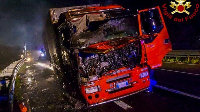 Tir in fiamme sull'Autostrada A2 del Mediterraneo tra Cosenza e Montalto