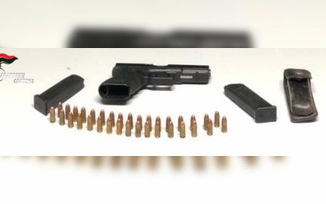La pistola e le munizioni sequestrate