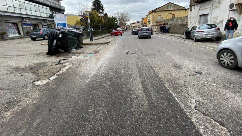 Incidente stradale a Rende, un'auto si capovolge dopo lo scontro