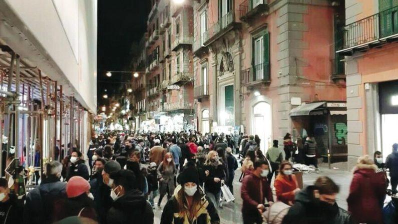 Folla nelle strade di Napoli