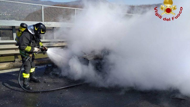 Auto va a fuoco sul ponte di Picerno