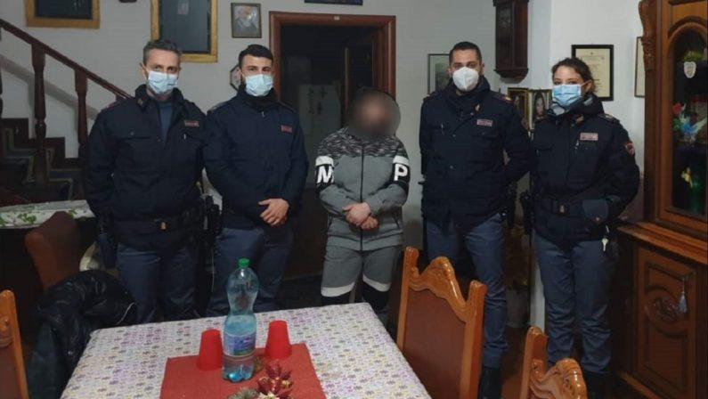Vaga per le vie di Vibo Valentia disperata e senza soldi, i poliziotti le pagano l'albergo
