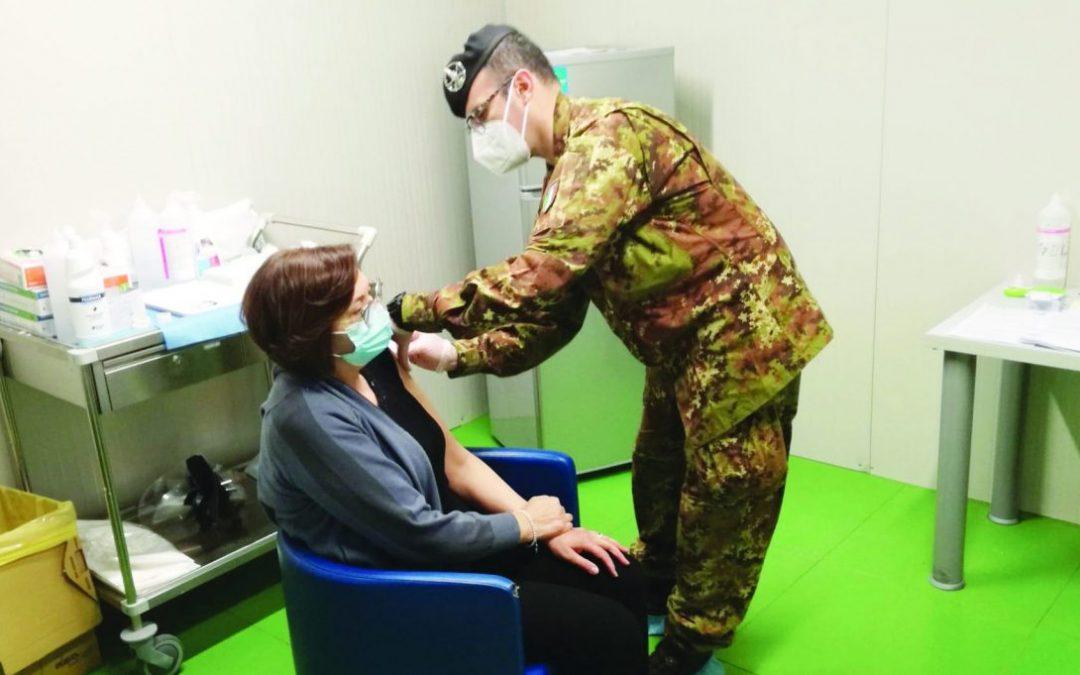Un vaccinatore militare