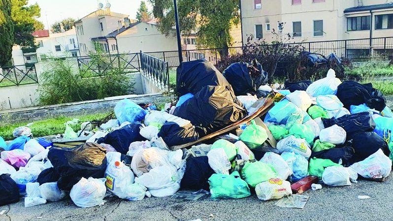 Uno dei problemi di abbandono selvaggio nei quartieri avuti nelle prime settimane di differenziata