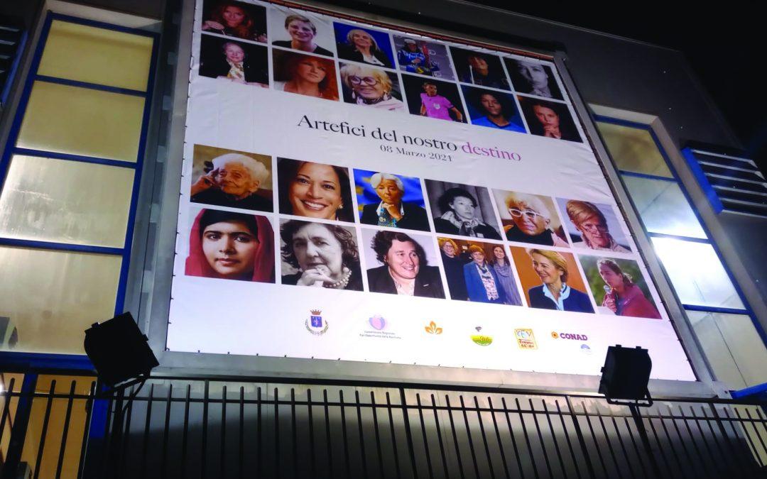 Il manifesto della Libera università delle donne collocato su palazzo Bramante