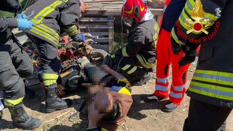 Resta intrappolato con gli arti inferiori nel motocoltivatore, salvato nel Crotonese
