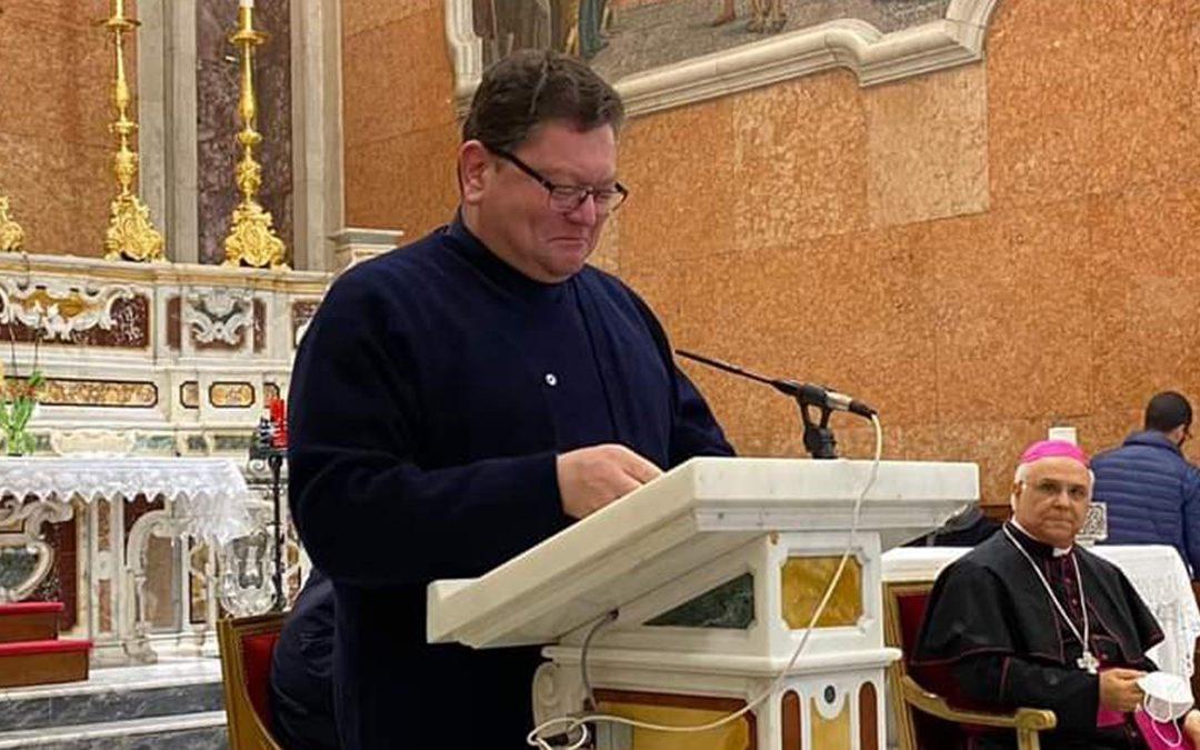 Monsignor Aloise durante l'annuncio