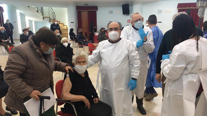 Coronavirus in Calabria, partono le vaccinazioni a Rombiolo: prima a riceverlo una donna di 90 anni