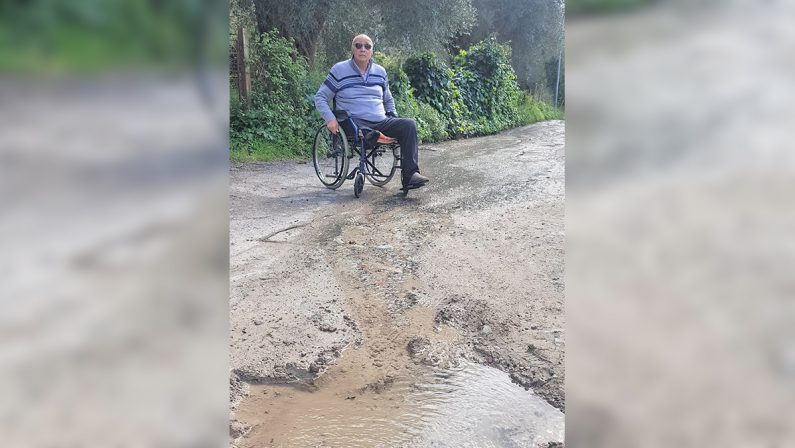 """Disabile """"recluso"""" in casa, il Comune di Vibo rattoppa la strada dissestata"""