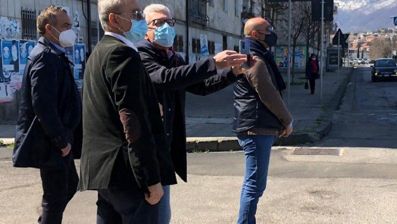 Morra ci riprova: si presenta a sorpresa al centro vaccinale di Cosenza