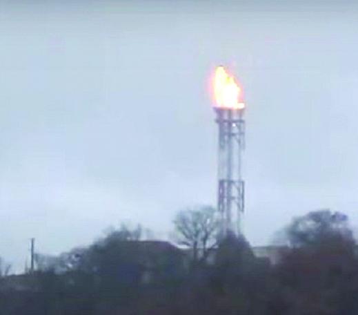 La fiaccola di sicurezza del Centro olio Tempa Rossa di Total