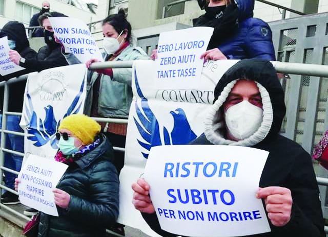 «Royalty per i ristori in Val d'Agri». I commercianti dell'area delle estrazioni ieri in protesta davanti alla Regione