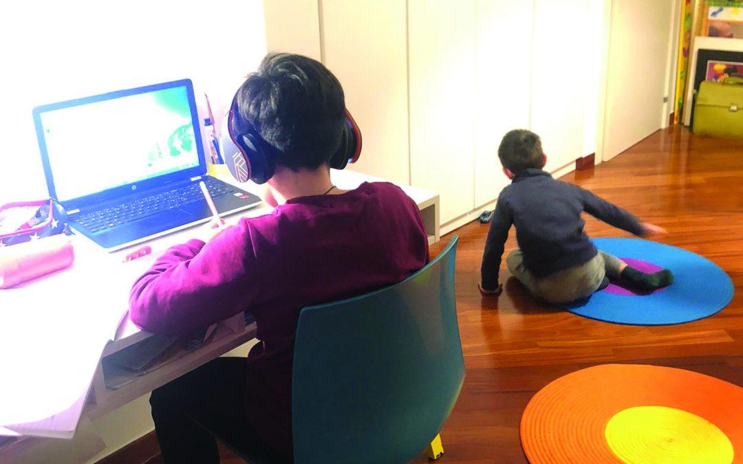 La giornata-tipo a casa di Serena e Leandro con i bambini (in foto i più piccoli) prevalentemente al pc o inattivi