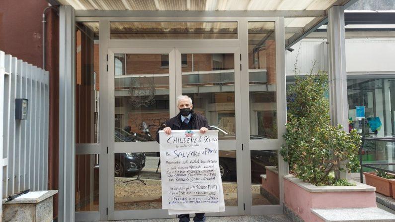 Corbelli protesta davanti al Tar: «Bisogna tenere le scuole chiuse»