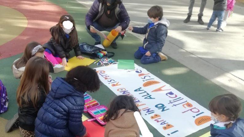 Cosenza, alunni e genitori insieme a protestare contro la dad
