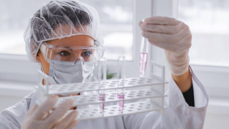 Servono vaccini per tutti e il metodo c'è: rompere il monopolio delle Big Pharma