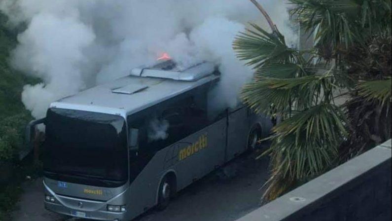 San Nicola di Melfi, a fuoco un autobus