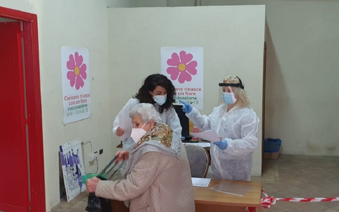 Una donna anziana in un centro vaccinale