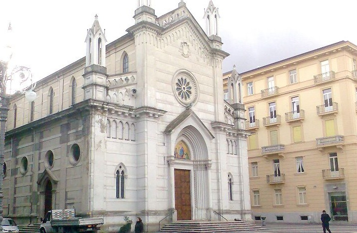 Con il cane in chiesa disturba la messa e inveisce contro i carabinieri, 45enne arrestato