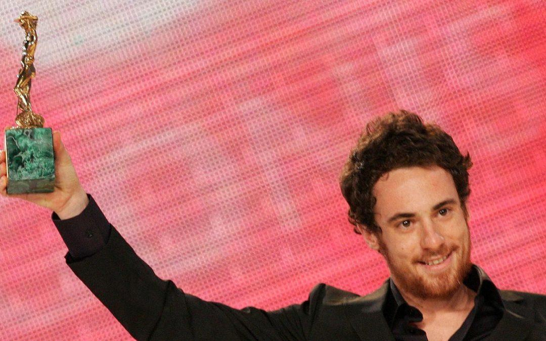 Elio Germano, protagonista de L'Isola delle Rose, solleva il David di Donatello nel 2007