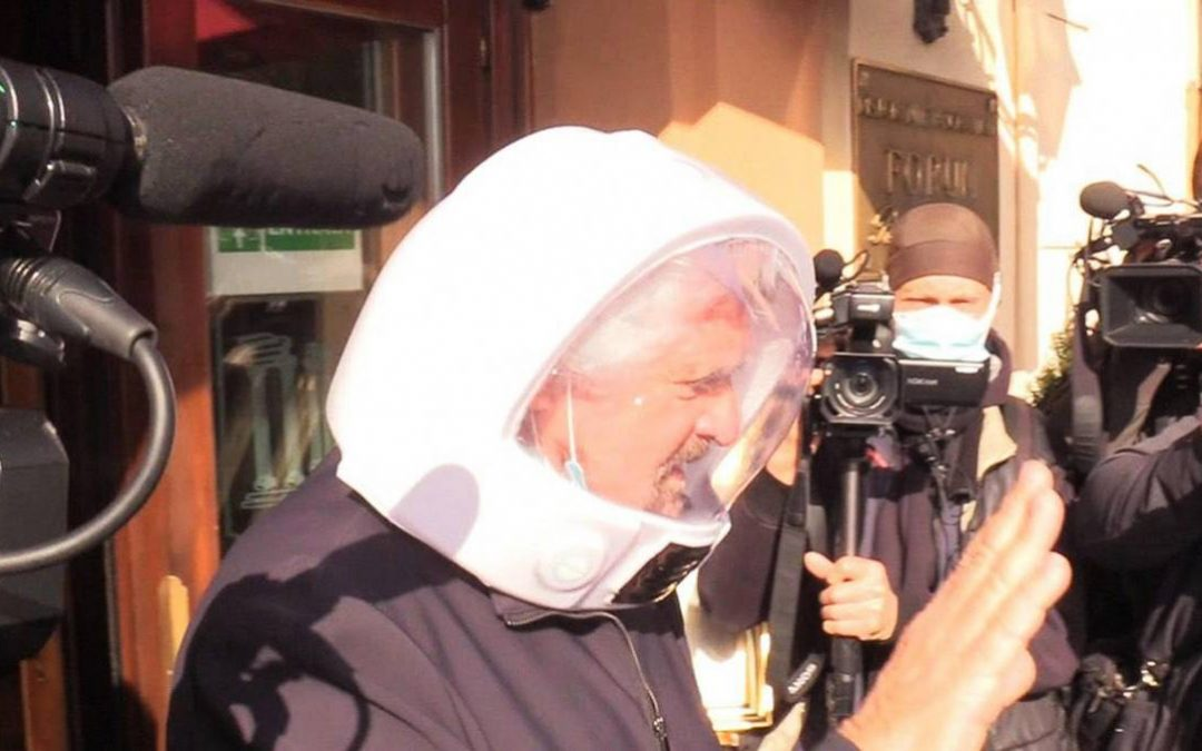 Beppe Grillo con un casco da astronauta a Roma