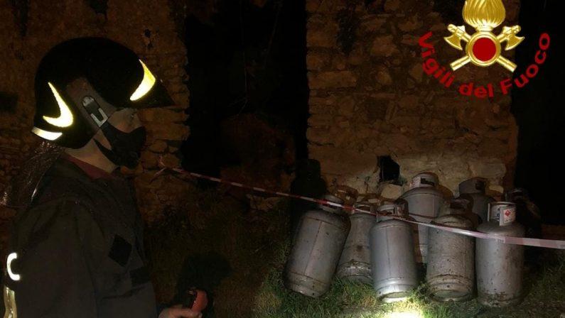 Incendio in un casolare abbandonato nel Catanzarese, vigili del fuoco salvano un uomo