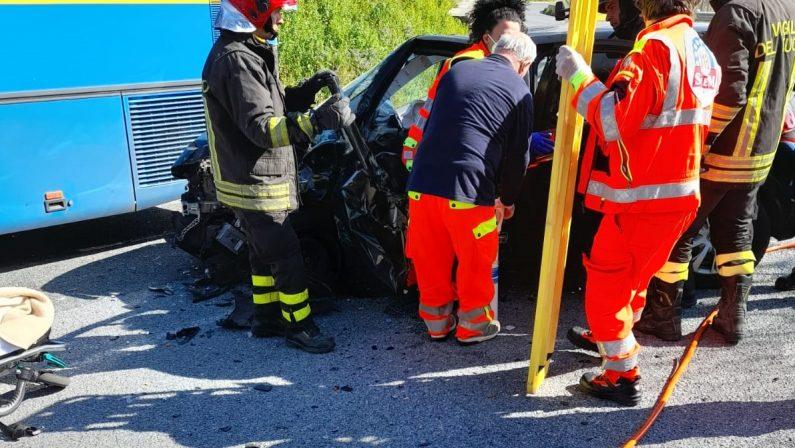 Incidente stradale nel Cosentino, auto contro un bus: grave un uomo
