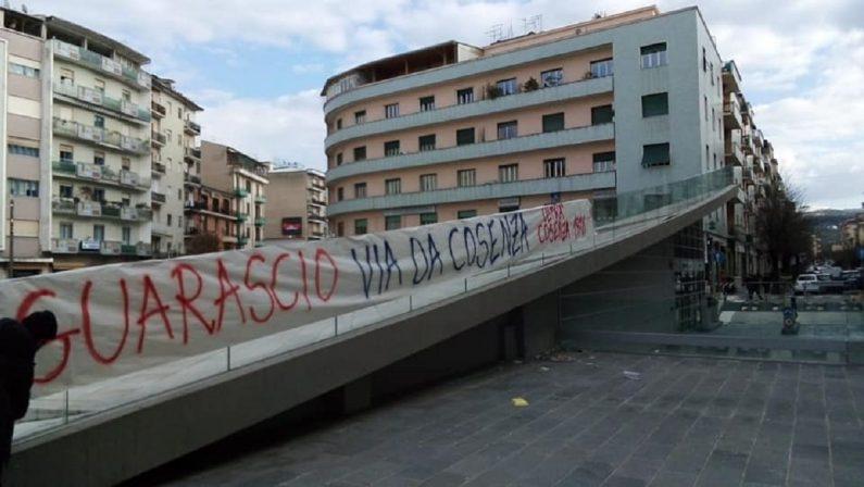 «Guarascio via da Cosenza», città tappezzata di striscioni contro il patron rossoblù