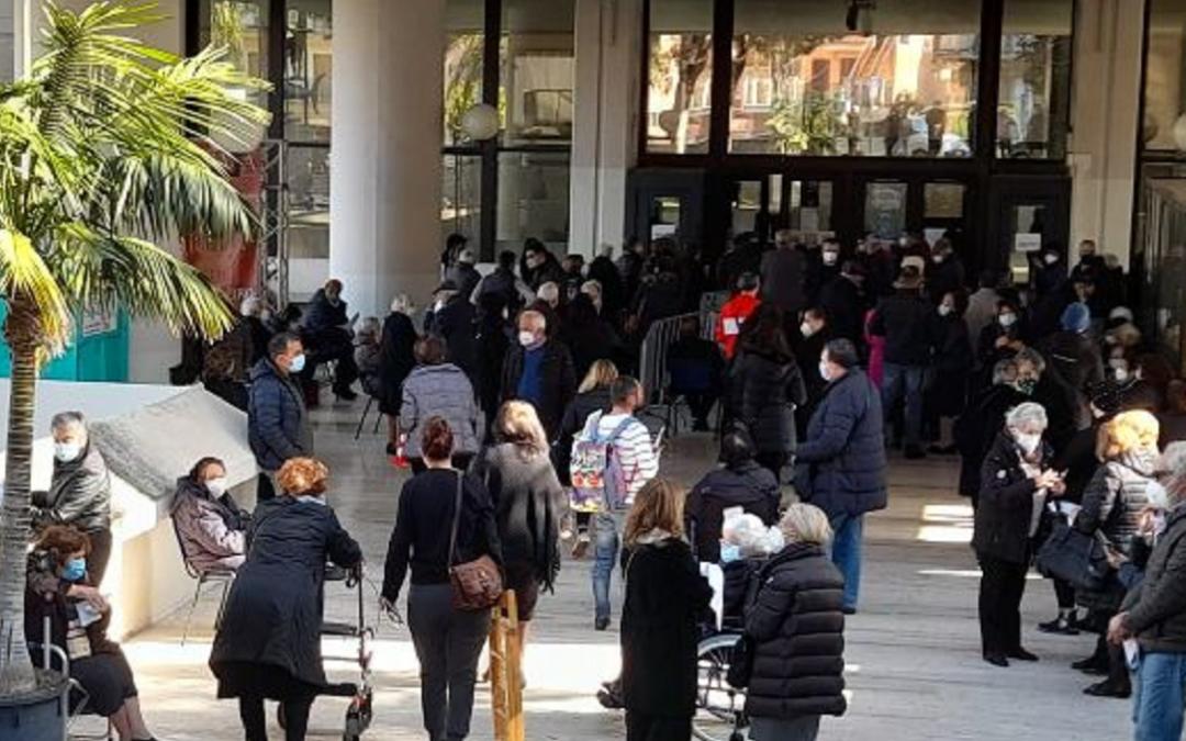 La folla di anziani al centro vaccini del Consiglio Regionale