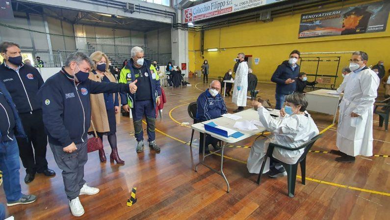 Partono le vaccinazioni al personale scolastico di Vibo, Spirlì in visita: «Basta polemiche, è ora di collaborare» - FOTO