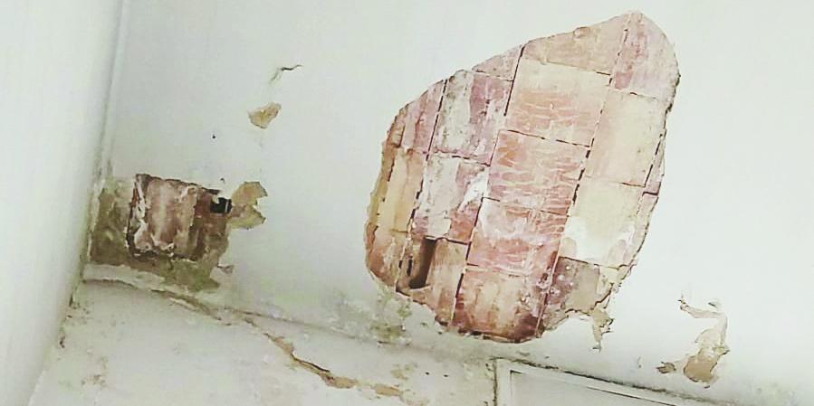 Intonaco caduto nello stabile in Via Gramsci a Matera