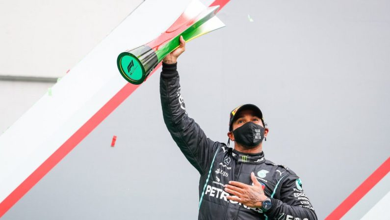 Formula 1, a Imola pole di Hamilton su Perez e Verstappen, Leclerc 4°