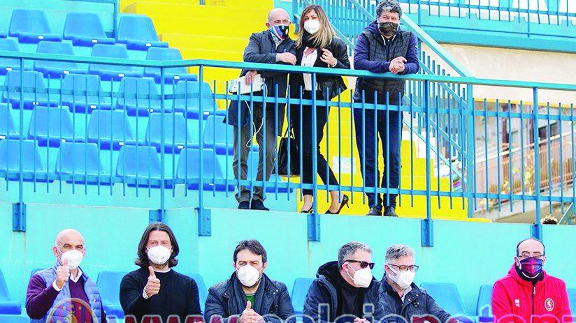Alcuni dei presenti in tribuna a Pagani