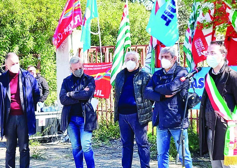 Il sit-in dei sindacati confederali ieri davanti alla Greenswitch di Ferrandina