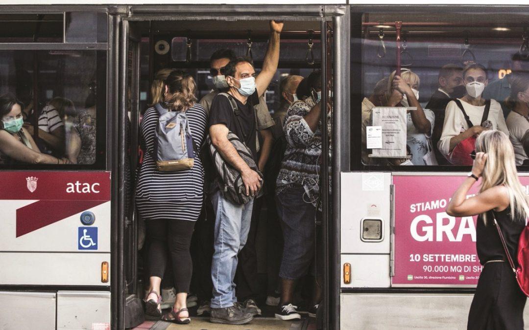 Un autobus affollato in tempo di pandemia