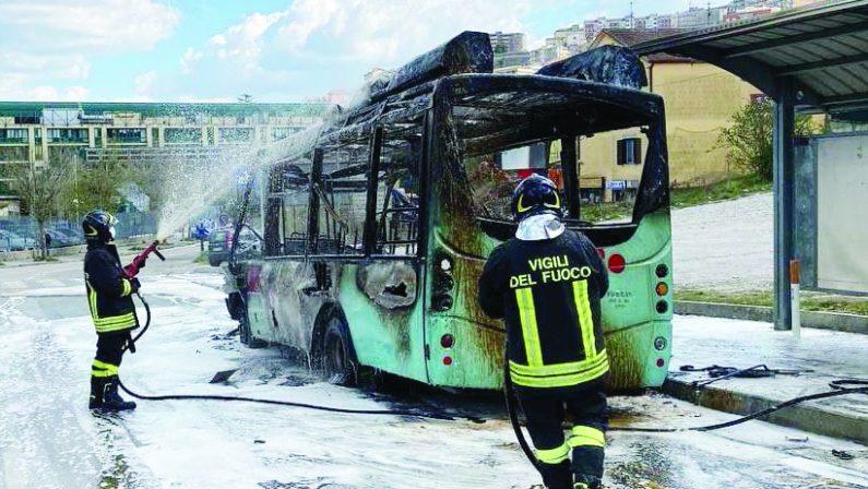 Potenza, fiamme avvolgono un altro bus