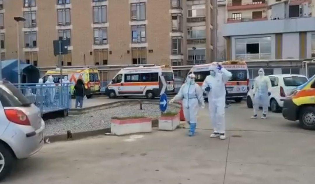 Le ambulanze in coda all'esterno del pronto soccorso di Cosenza