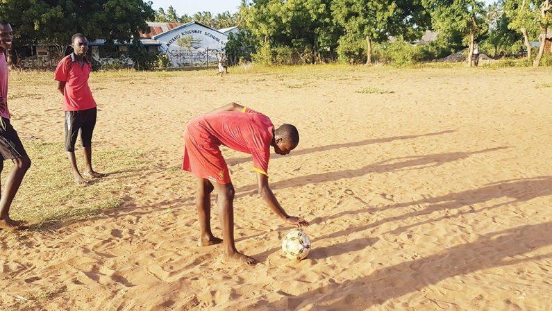 """Il sogno di Daniel, piccolo """"Mbappé"""" scalzo"""