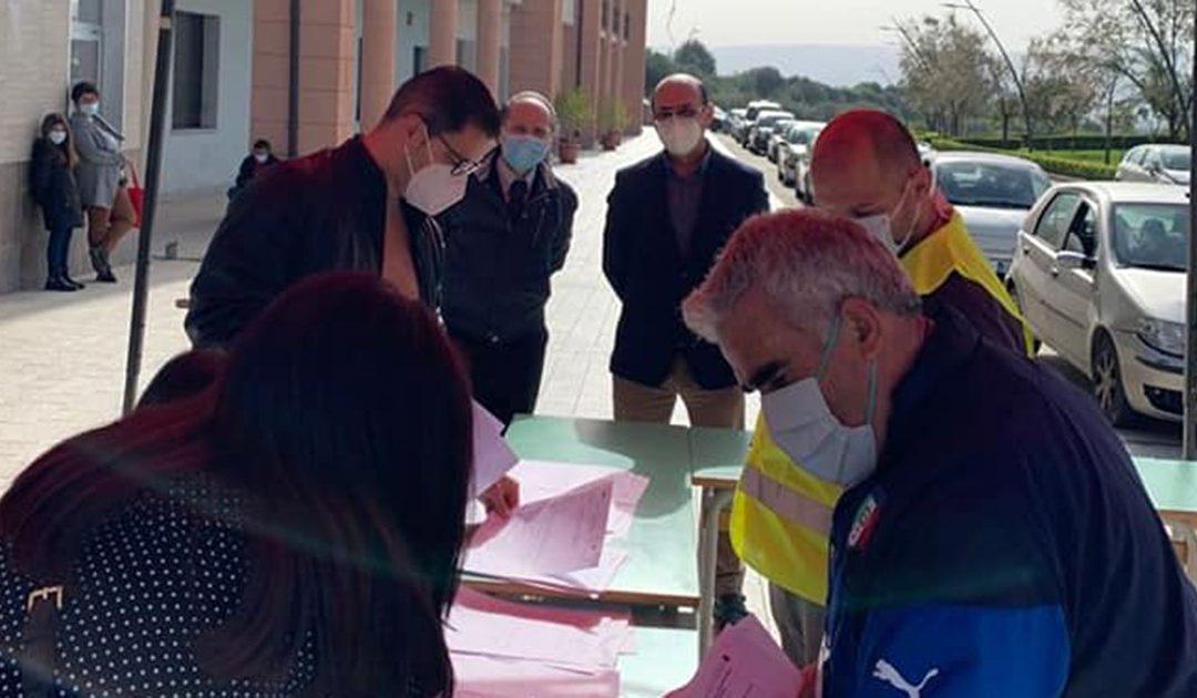 Il sindaco Salvatore Fortunato Giordano durante le operazioni di tampone al drive in allestito a Paravati