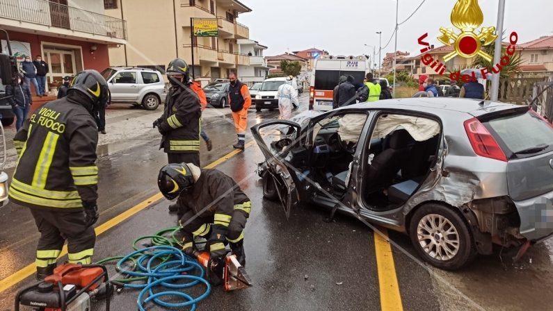 Sbanda alla guida della sua auto, ferito un uomo in un incidente stradale nel Catanzarese